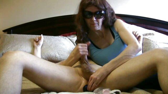 لیدی سونیا نوک سینه های خود را با لينك كانال سكسى مکعب های یخ می مالد