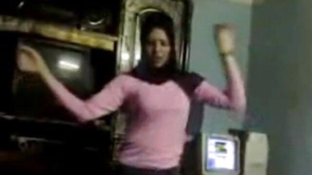 یک روسپی که مادرش را تماشا می کانال جوک های سکسی کند یک غریبه اینترنتی تصادفی را لوس می کند